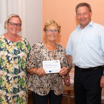 Erika Fläschendräger nimmt die Erinnerungstafel für die Kirchengemeinde St. Johannis Eickendorf entgegen