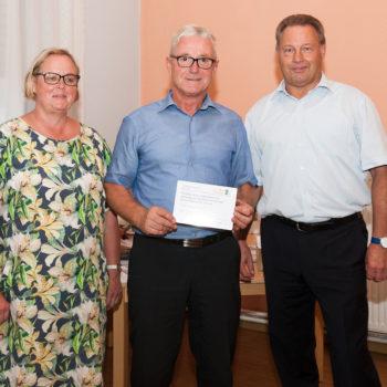Bürgermeister Bernd Nimmich erhält die Erinnerungstafel für das Vorhaben Stobenteich in Welsleben